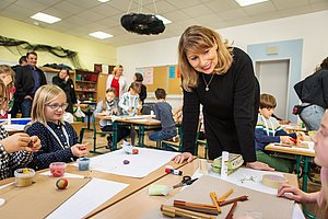 Ministerin bein Kreativworkshop der Kinder