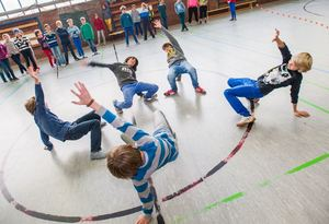 Kinder tanzen in der Turnhalle